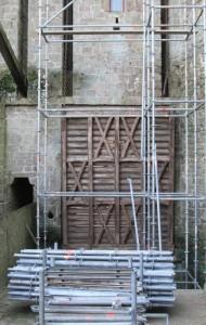Pont-levis fermé devant échafaudages